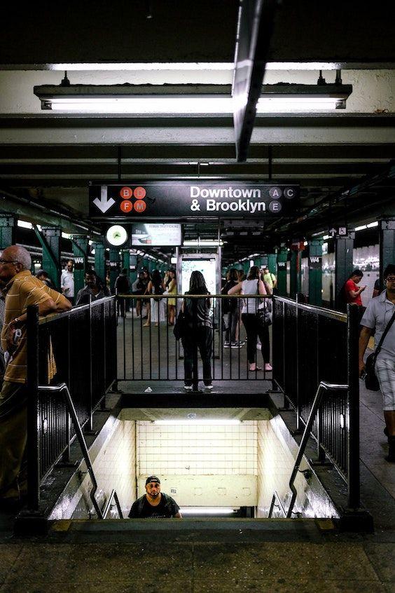 El peligro de una caída de escalera existe hasta en los subtes de NYC y Brooklyn. Las lesiones por caídas de escaleras son muy comunes y van desde unos simples moretones hasta la muerte. Foto: Mitch Trotter.