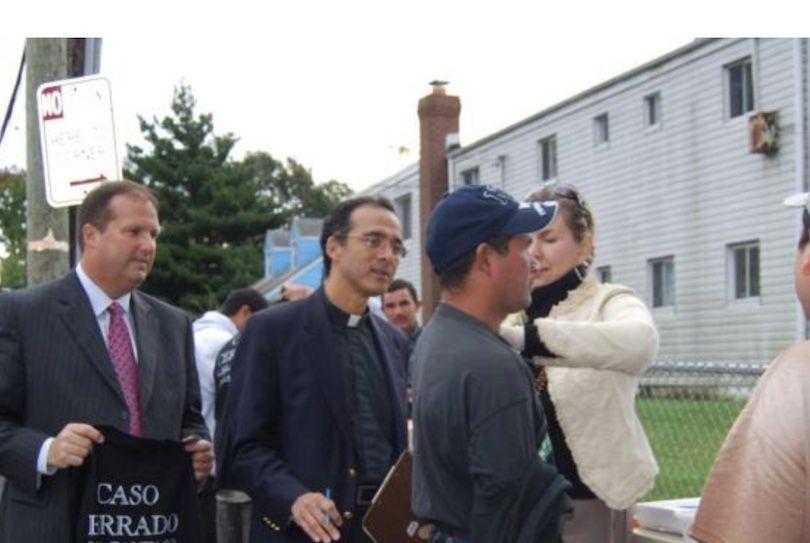 William Ferro y el Reverendo Alan Ramirez ayudando a la comunidad hispana de Nueva York.