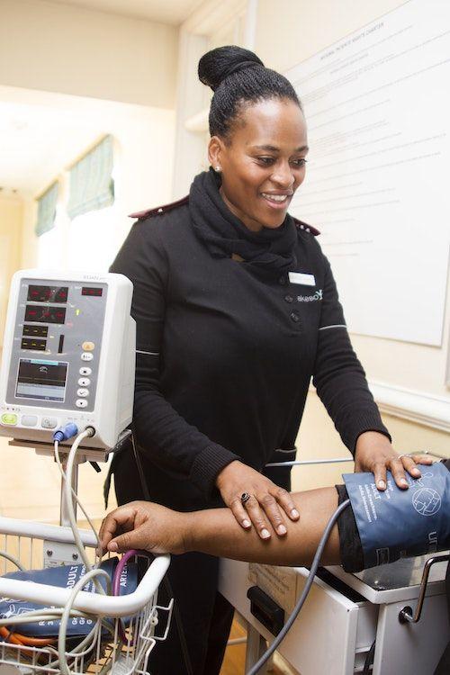 No solo son los médicos los que pueden ser negligentes. Enfermeras, fisicoterapeutas, farmacéuticos, clínicas, hospitales y hasta cuidadores de ancianos pueden cometer mala práctica médica.