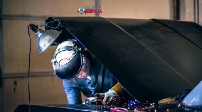 La mala iluminación es una de las causas mas comunes de accidentes en el trabajo. Un mecánico debe contar con iluminación y equipo adecuados para evitar lesiones graves como cortes y quemaduras.