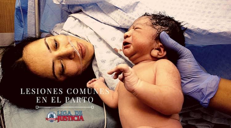 Los tipos de lesiones de nacimiento mas comunes incluyen la parálisis cerebral, la parálisis de Erb, la lesión cerebral, la ictericia, las fracturas de huesos, las lesiones de la médula espinal, el daño a los nervios periféricos y la muerte.